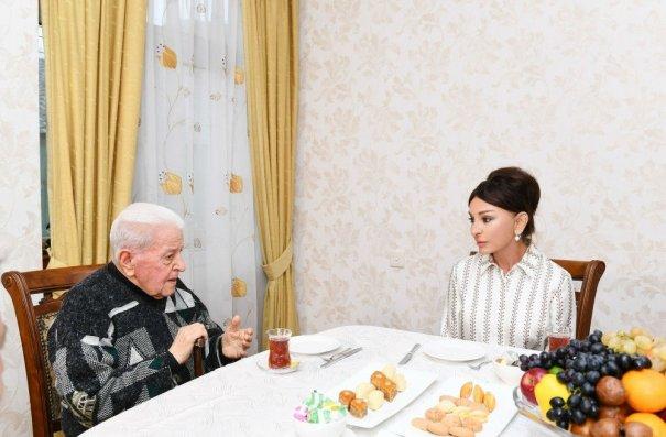 Mehriban Əliyeva Xalq artisti Əlibaba Məmmədovun evində qonaq olub – FOTO