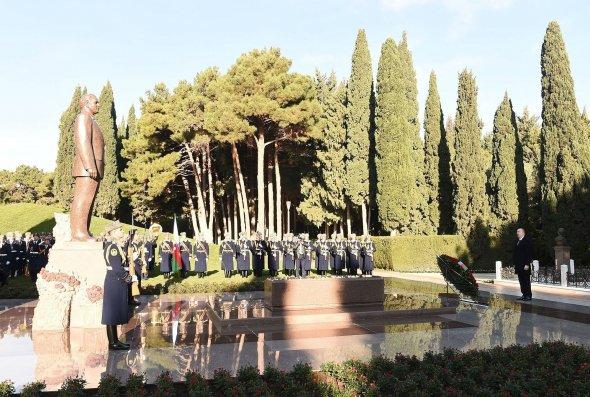 Prezident İlham Əliyev ümummilli lider Heydər Əliyevin məzarını ziyarət edib – FOTO