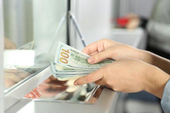 Ruslar kütləvi şəkildə banklardakı valyutasını çıxarır