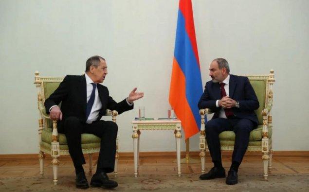 Lavrovun Ermənistandakı görüşlərində bayrağın olmamasına Rusiya XİN-dənREAKSİYA