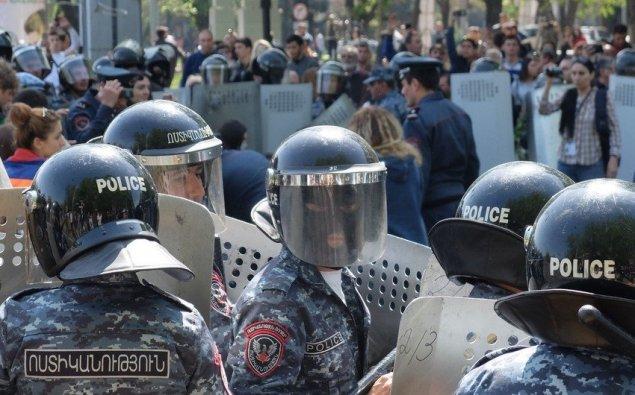 Ermənistanda polis etirazçılara güc tətbiq edib, 34 nəfər saxlanılıb