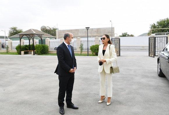 Mehriban Əliyeva Binədə yeni inşa edilən məktəbdə yaradılan şəraitlə tanış oldu (FOTOLAR)