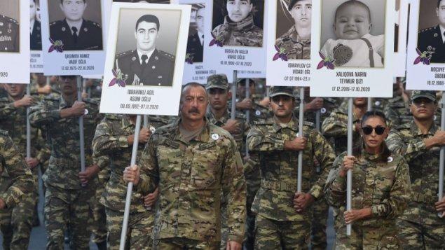 Prezident və xanımı Bakıda hərbçilərin yürüşündə (FOTOLAR)